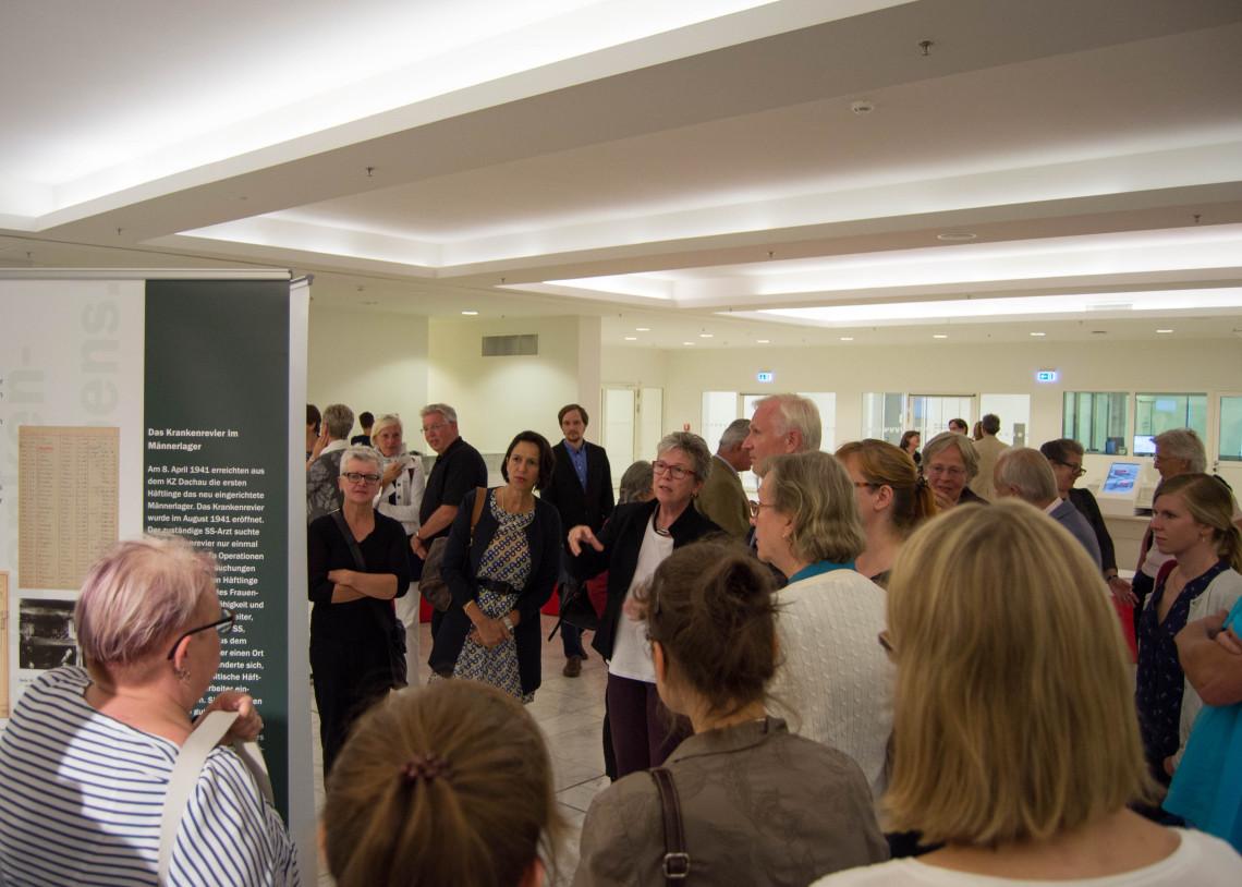 Ausstellungsführung, v. l. n. r. Christine Schraner Burgener, Schweizer Botschafterin, Dr. Christl Wickert und Dieter Dombrowski