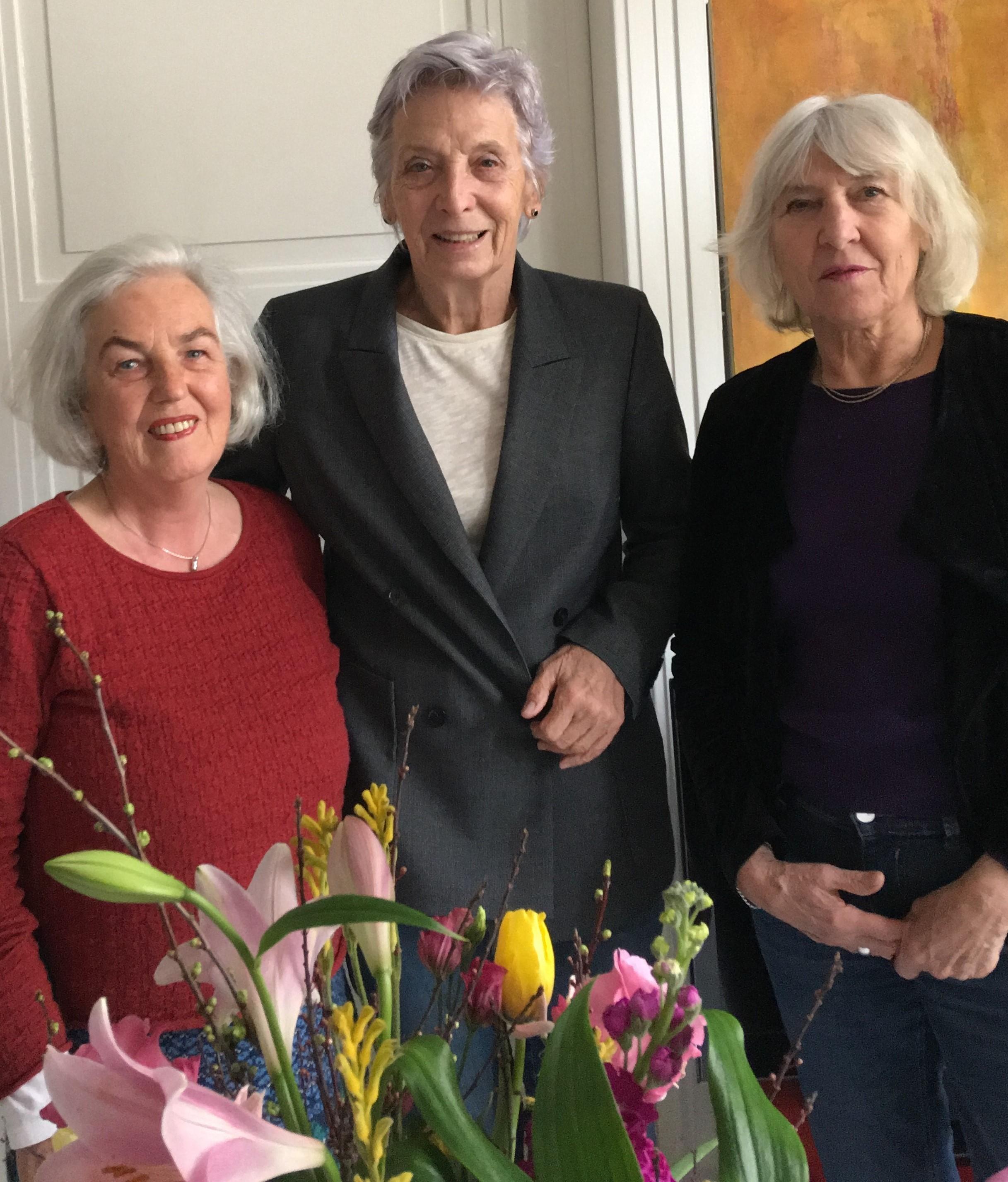Juliane Beck und Ellen Ohlen-Wallenhorst gratulieren Karin Bergdoll im Namen des AKF-Vorstands
